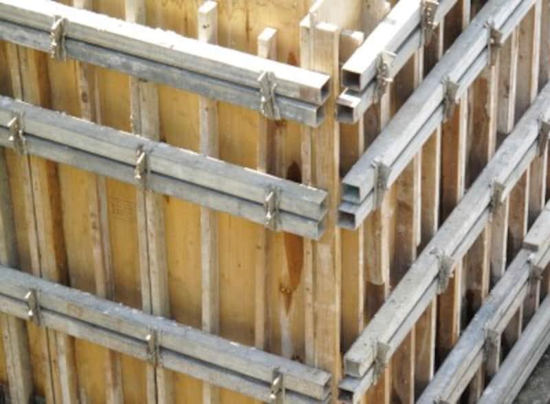 コンパネとは、5層の板を張り合わせた合板で、コンクリート打設の型枠に使用される板のこと