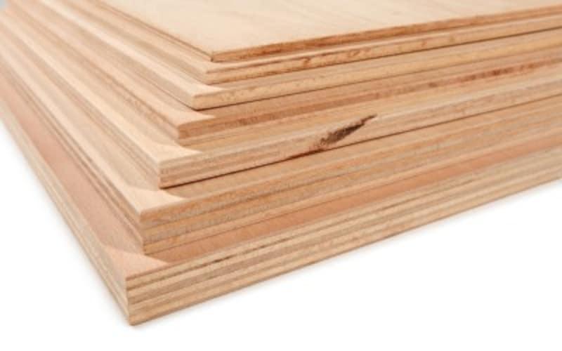 単層の1枚板がベニヤ板。貼り合わせたものはベニヤ合板。一般的な工作や内装に用いられる板のこと