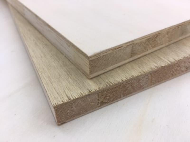 ランバーコアとは、3層構造の合板のこと。写真のランバーコアは、上がシナランバー、下がラワンランバー