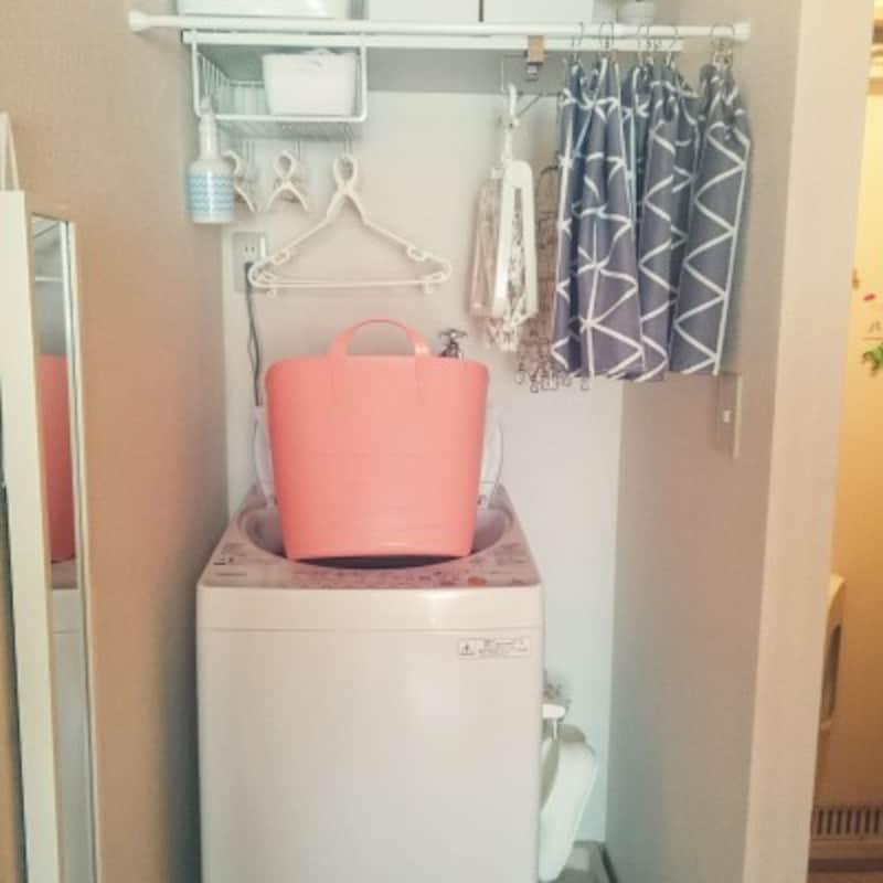 ゴチャゴチャしがちな洗濯用品はおしゃれなカーテンでスッキリ目隠し