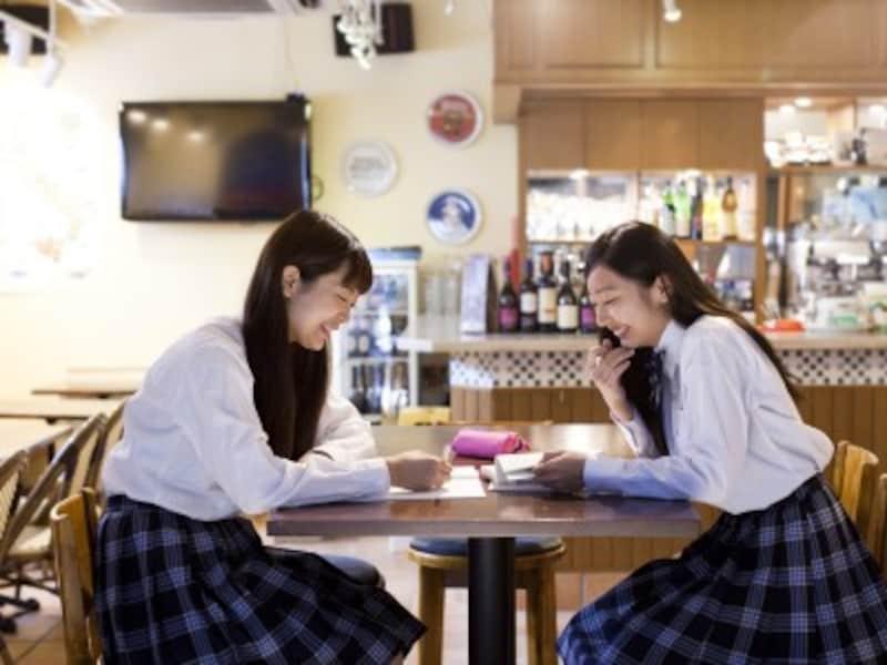 やる気が出る勉強に適した場所。中高生に人気のカフェ勉。教えたり教えてもらったり、楽しく勉強できる反面、おしゃべりが進むとはかどらない場合も。