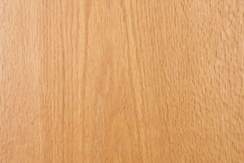 オーク材は、ウォールナットに比べるとやや木目が粗く、色も白っぽい
