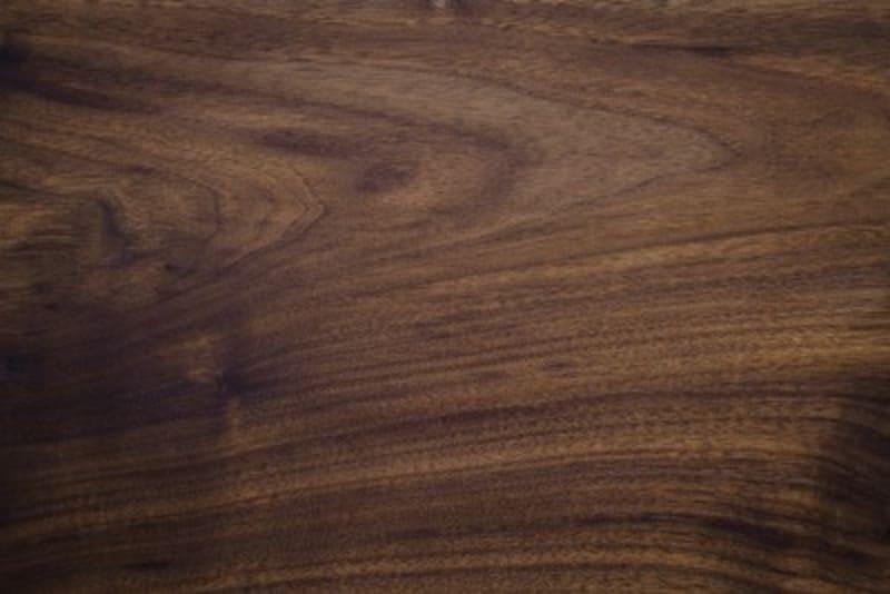 ウォールナット材は、深みのある濃い褐色