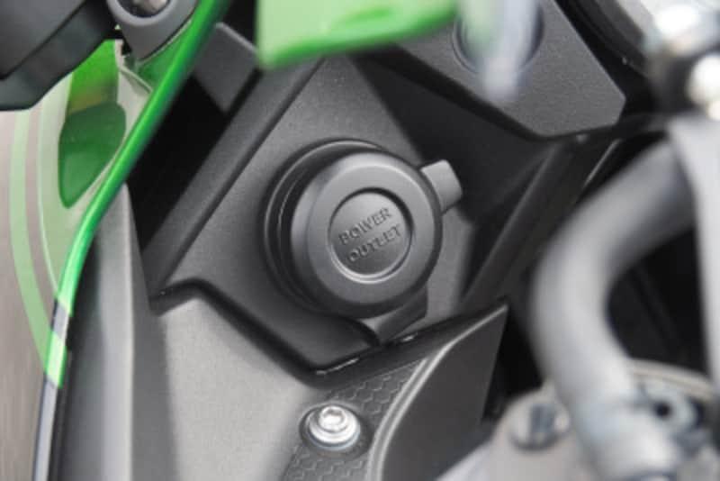 DCソケットが装備されているのでハンドル周りにガジェットをマウントするステーが欲しい