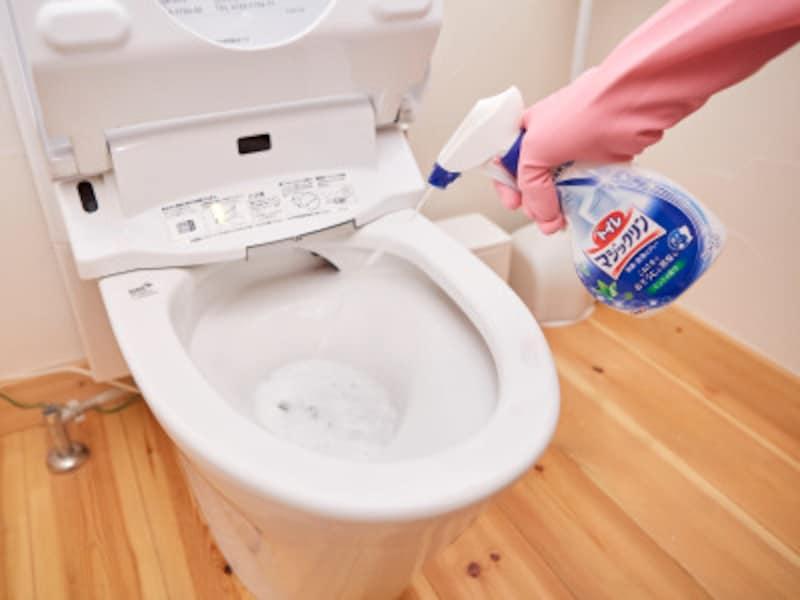 トイレ掃除・手順1:トイレ用中性洗剤をスプレーする