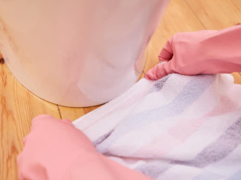 トイレ掃除・手順4:便器と床の継ぎ目も拭く