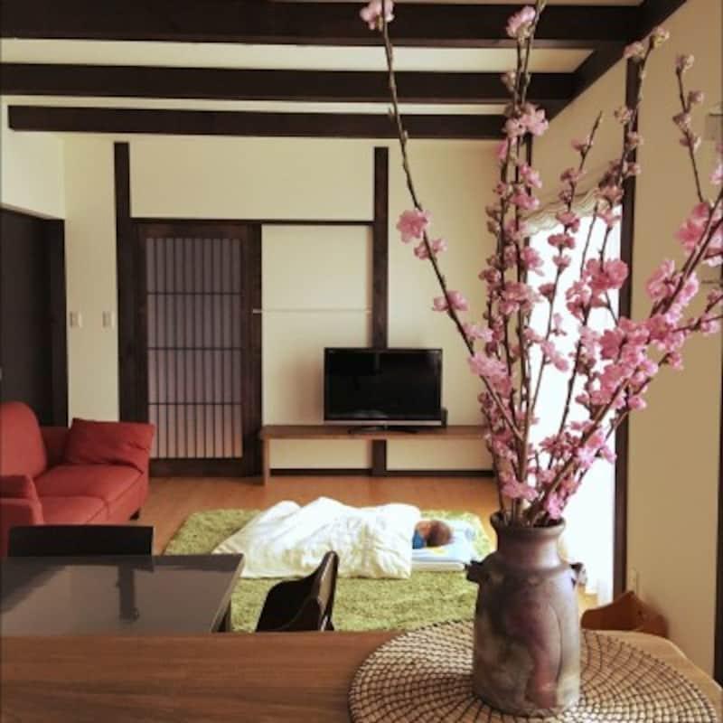 和モダンなインテリア実例:こげ茶の柱、梁、白い壁のコントラストがきれいな和モダン(出典:Roomclip「部屋全体/格子/和モダン/おひるね/花のある暮らしのインテリア実例-marc.sarcの部屋-」より)