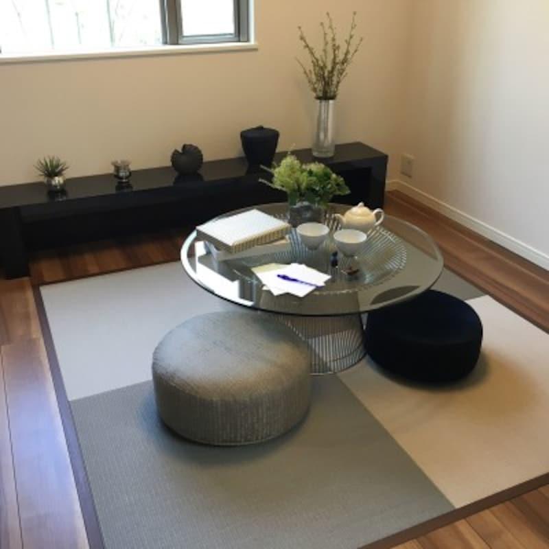 置き畳で手軽に和の雰囲気を取り入れた和モダン(出典:Roomclip「花のある暮らし/多肉植物/観葉植物/フェイクグリーン/和モダン目指して/モデルルームのような家に憧れる……などのインテリア実例-popomaxの部屋-」より)