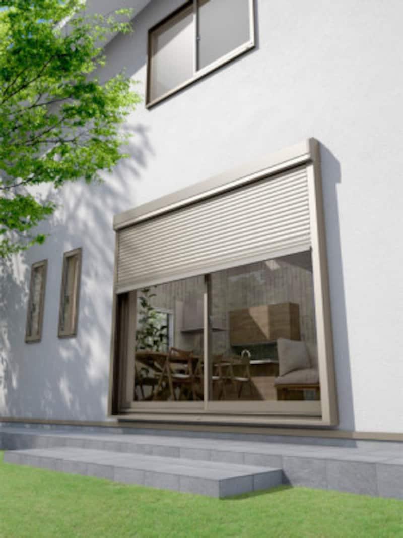 既存の窓に外壁の上から取り付けるシャッター。1窓あたり最短60分で施工でき、防犯性や快適性が向上する。 [TOSTEM リフォームシャッター エアリス 施工例]LIXIL http://www.lixil.co.jp/