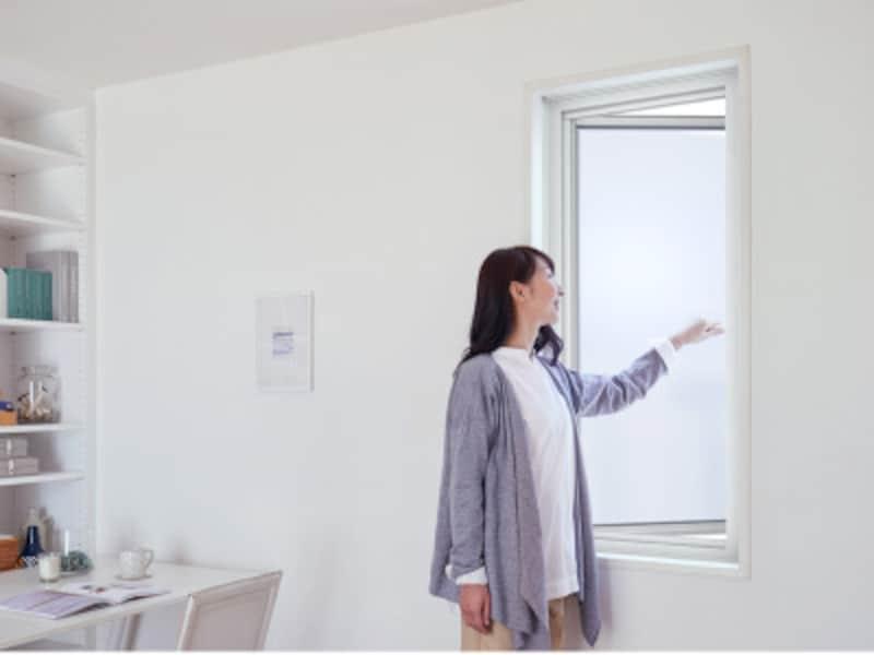 壁を壊さず、足場も不要な室内作業のみで施工できるため、半日でリフォームが完了する。引き違い窓だけでなく、縦すべり出し窓、横すべり出し窓が揃う。[TOSTEM リプラス] LIXIL http://www.lixil.co.jp/