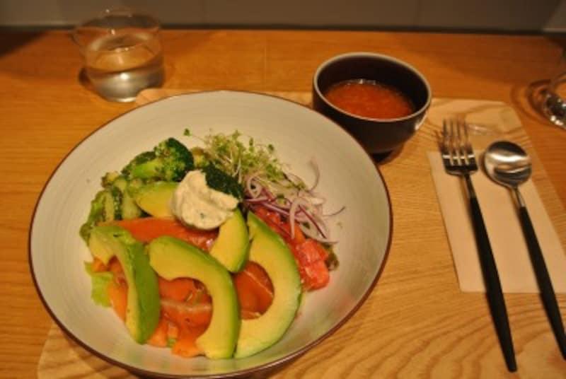 自家製スモークサーモンの「フィッシュベジタブル」。下はご飯かパスタのいずれかを選べる