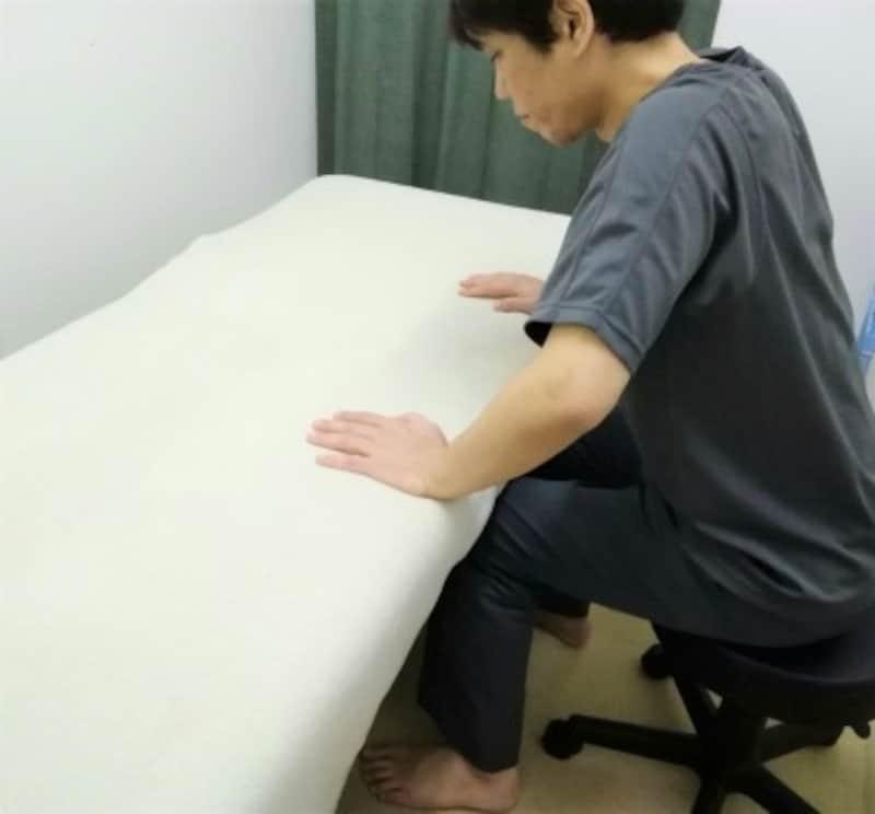 正面の台に手をついて立ち上がると腰部への負担が軽減されます
