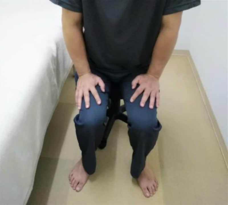 1 立ち上がる際に両手を太ももに置きます。足裏は床にしっかりとつけます。