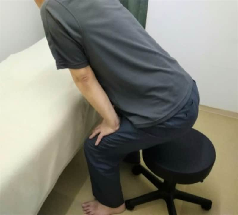 2 座面からお尻が浮いたら両手で太ももを押すと立ち上がりやすくなります