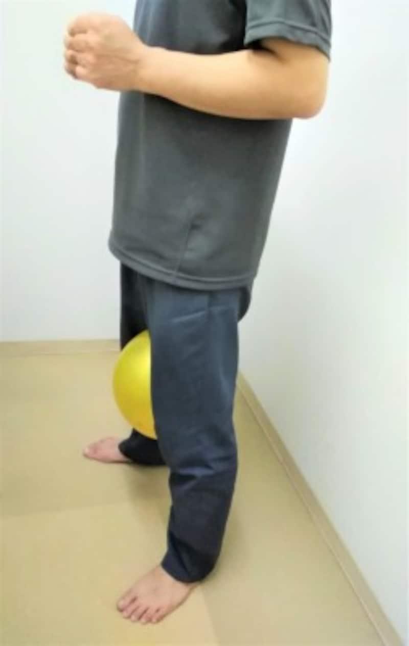 1 両脚の間に柔らかめのボールかクッションを挟み立ちます