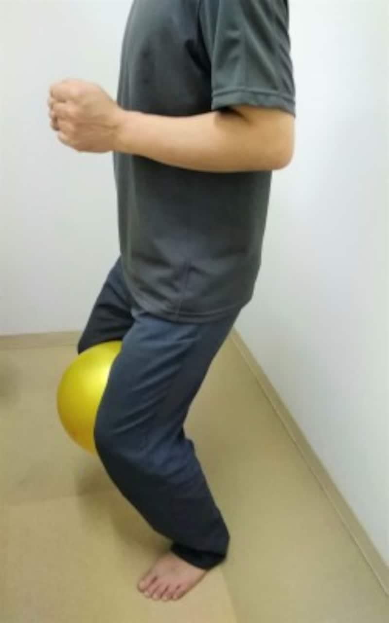 2 体は正面に向け、お尻を少し後方へ引く意識を持ち脚の付け根から股関節と膝を曲げていきます。軽い負荷にするため5つ数えながら股関節と膝を曲げ、ゆっくりと元の姿勢に戻します