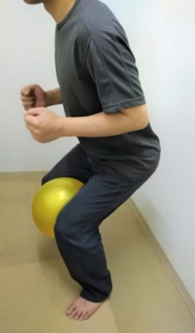 3 「2」よりも深く股関節と膝を曲げるため負荷が強まる方法ですので、「2」に慣れた上で挑戦してください。体は正面に向け、ゆっくり10数えながら股関節と膝を曲げていきましょう