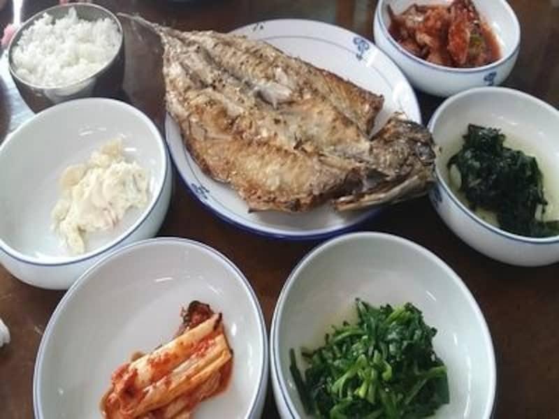 とにかく魚が新鮮だから、焼き魚もばっちり美味しい!素朴だけど、健康的な、こんな定食もオススメです!