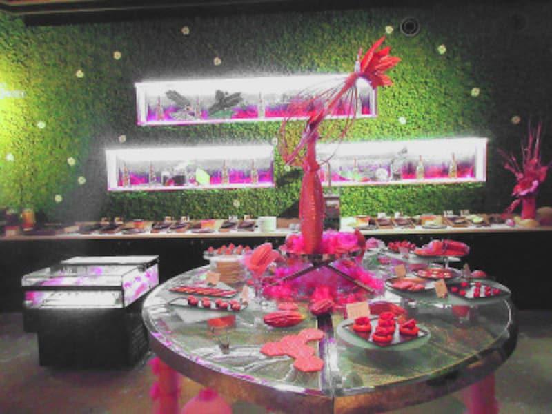 ANAインターコンチネンタルホテル東京ルビーチョコレートのブッフェ台、チョコレート食べ比べのブッフェ台