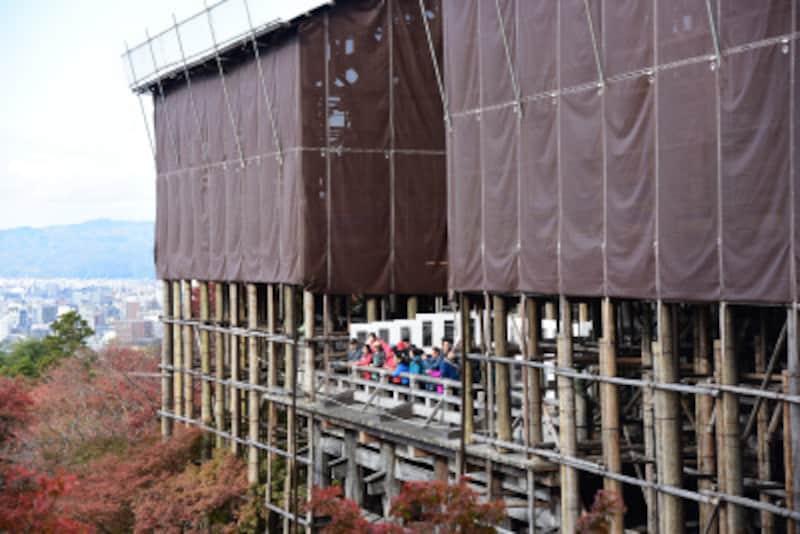 現在、「清水の舞台」上からは風景がやや見づらくなっている。工事は2017年2月にはじまり、約3年間続くという(2017年11月21日撮影)