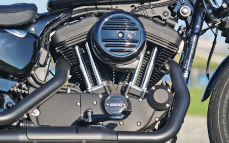 真っ黒に仕上げられた空冷Vツインエンジン「エボリューション」(排気量1,202cc)を搭載するアイアン1200。