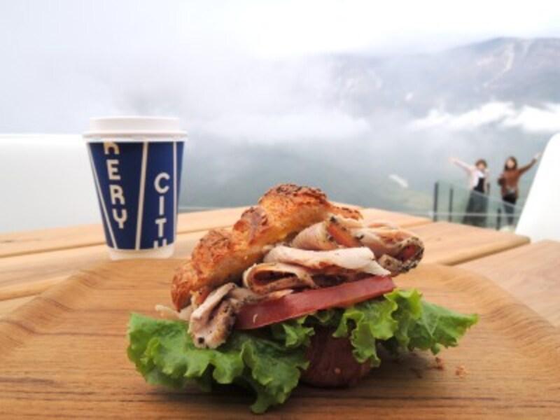 雲の上で食べる、白馬豚のプレッツェルクロワッサンサンド