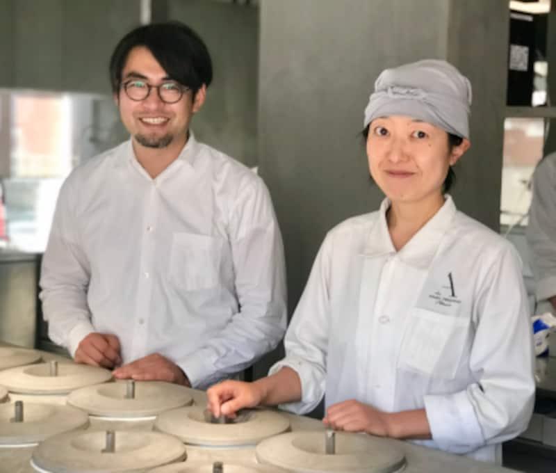 ASAKOIWAYANAGIのパティシエール岩柳麻子さんと、夫であり一級建築士の宿澤巧さん