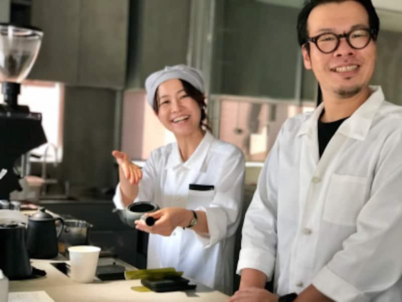 専任のバリスタの山口さん(左)と島田さん(右)。店頭でスイーツに合うお茶をセレクトしてくれます。