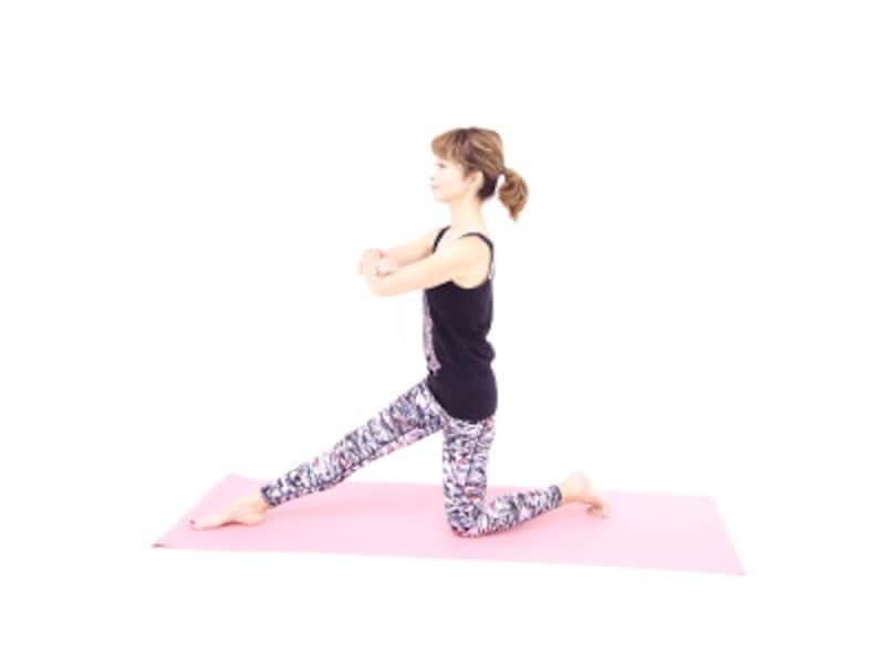 体幹エクササイズ1 立て膝の状態から右足を前に伸ばし、両手を胸の前で組みます。