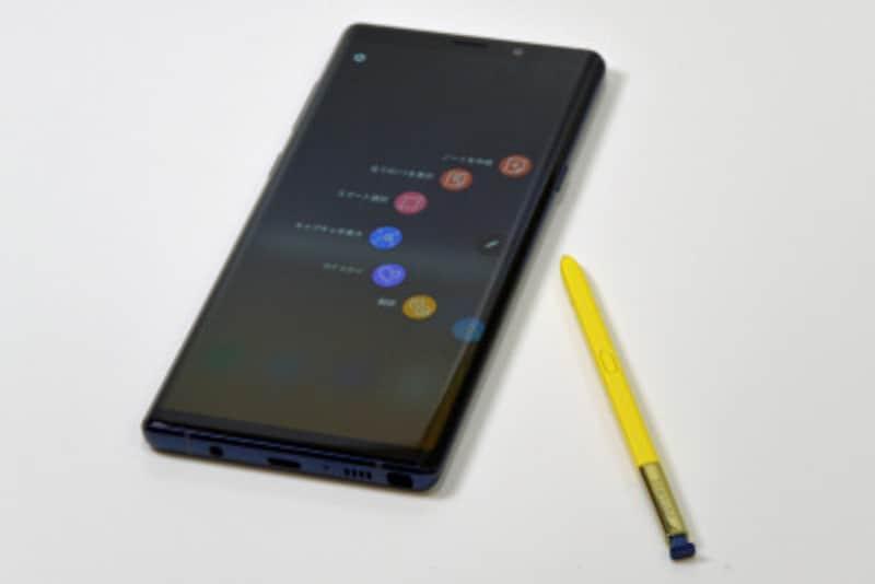 「GalaxyNote8」ではミッドナイトブラック、メイプルゴールドの2色展開でしたが、「GalaxyNote9」では選べる色もややカラフルになっています。付属の「Sペン」はこれまで本体色と同色でしたが、「GalaxyNote9」ではオーシャンブルーにだけ、本体色と異なる黄色の「Sペン」が付属しています。