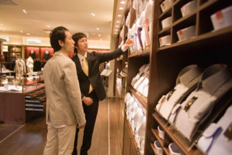洋服を選ぶ男性