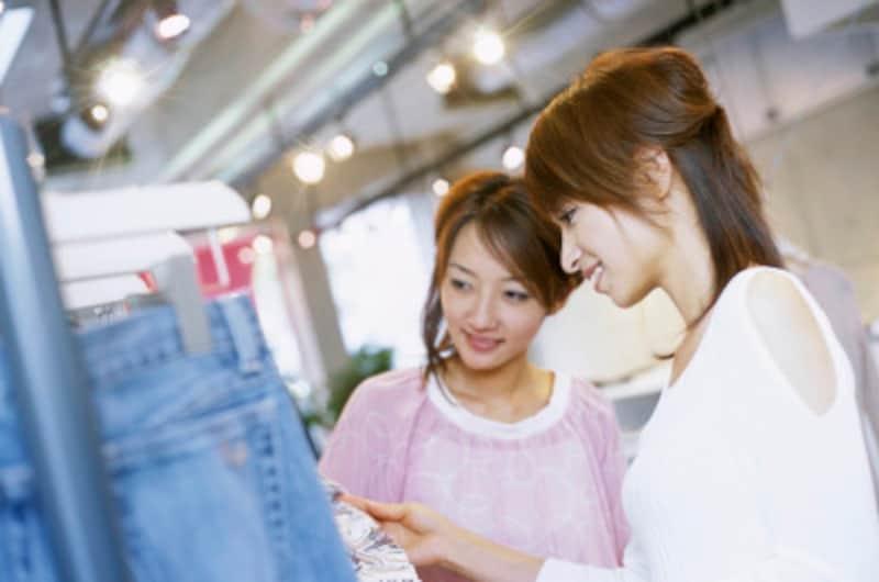 ショッピングをする2人の女性