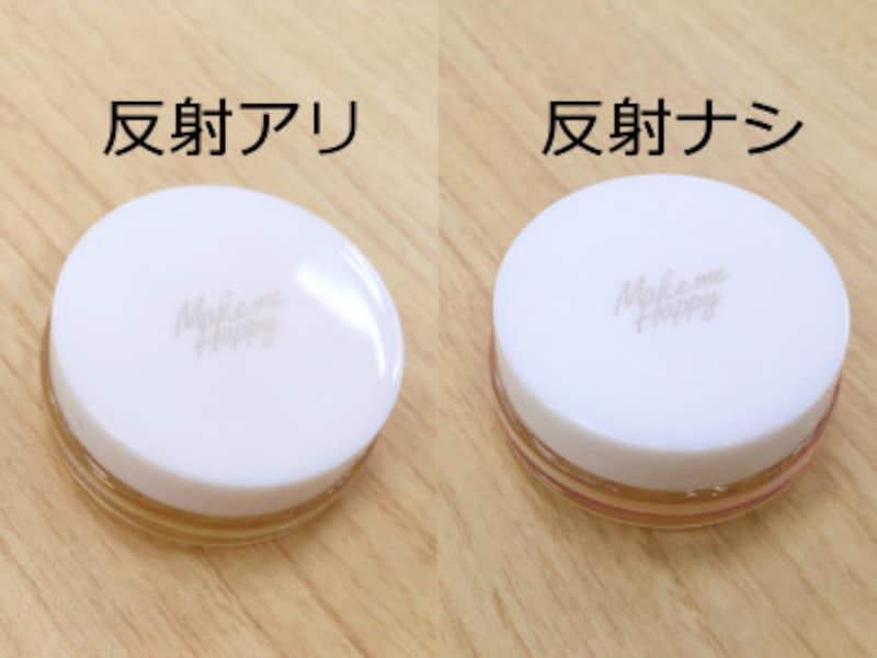 対策をしないと、光が反射する(左),角度の調整をすることでツヤのあるパッケージでも反射せずに撮れる(右)
