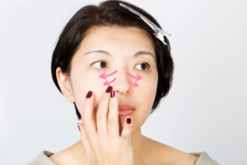 鼻筋から左右にスーッとのばし、毛穴が気になるところは小さく円を描くように