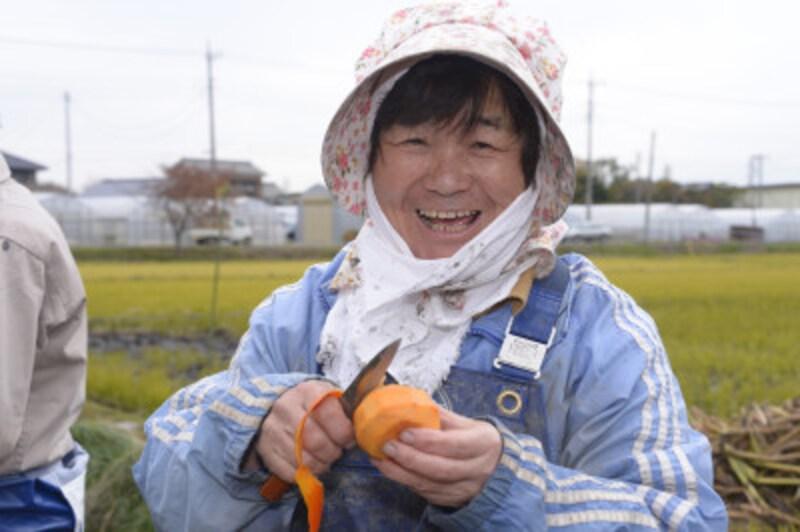 柿を剥く農家の女性