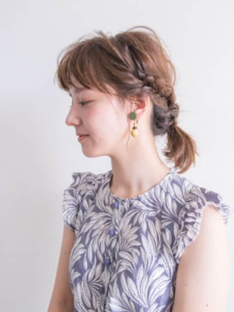 フィッシュボーンで編み込むので伸ばしかけの髪でもアレンジしやすい