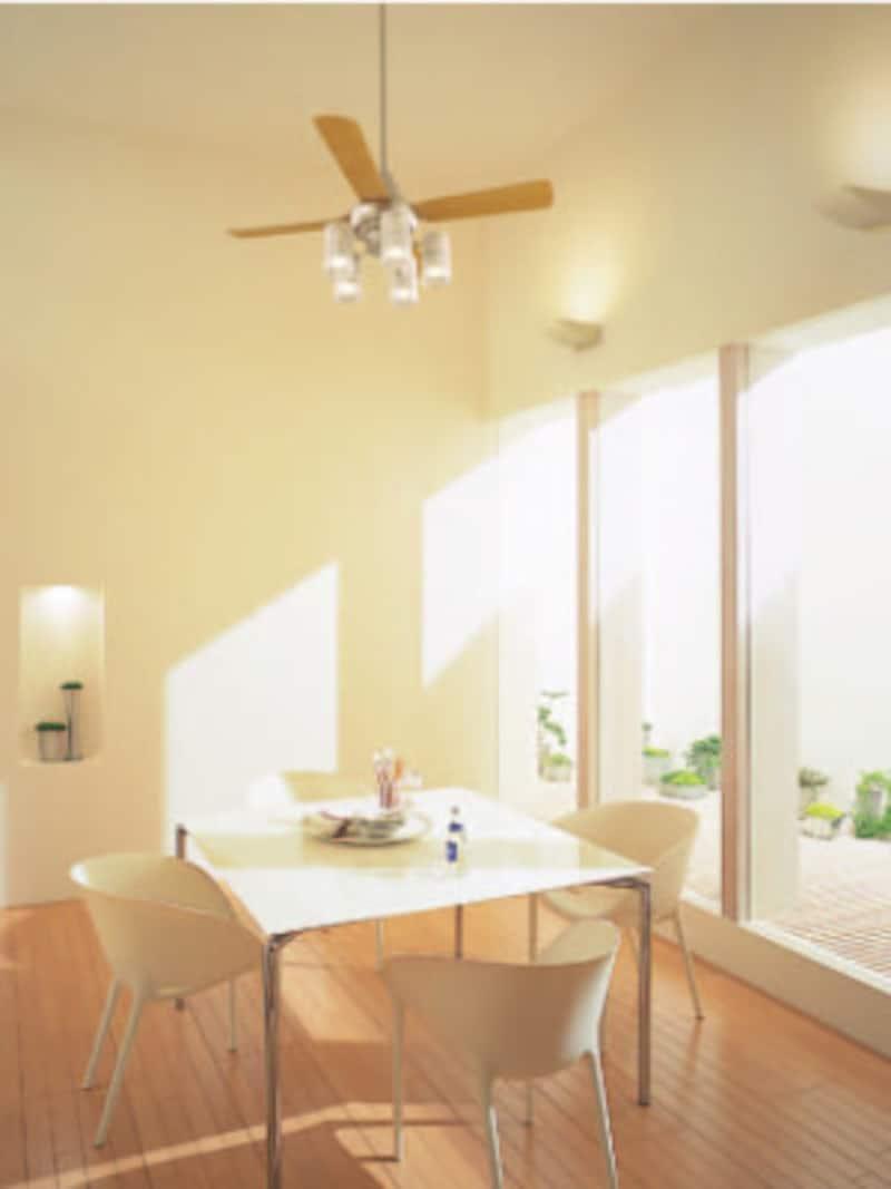 明るく開放的な空間のポイントともなる照明付きのシーリングファン。[シーリングファンXS9113Z] パナソニック http://sumai.panasonic.jp/