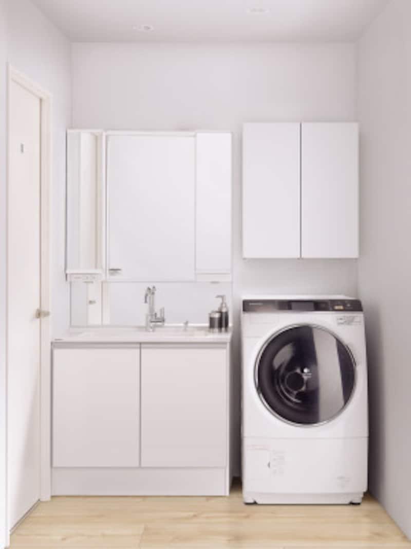 奥行き450mmの薄型タイプ。すっきりとした空間が生まれ収納も充実。洗濯機上部に設置できるランドリーミドルキャビネットも揃う。[シーラインスリムD450タイプ] パナソニック http://sumai.panasonic.jp/
