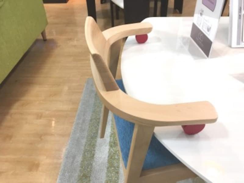 ひじ掛けに工夫をしたことでチェアをテーブルに引っ掛けることができる