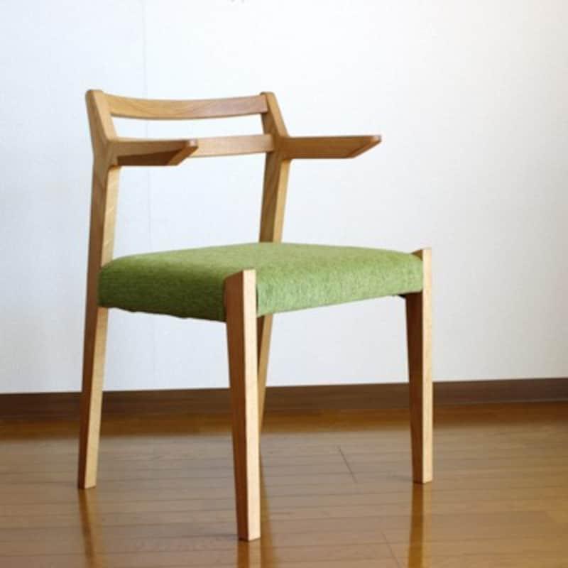 アームの部分を改良してテーブルに引っ掛けることができるようにしています(画像出典:WOODintheear神奈川の家具工房)