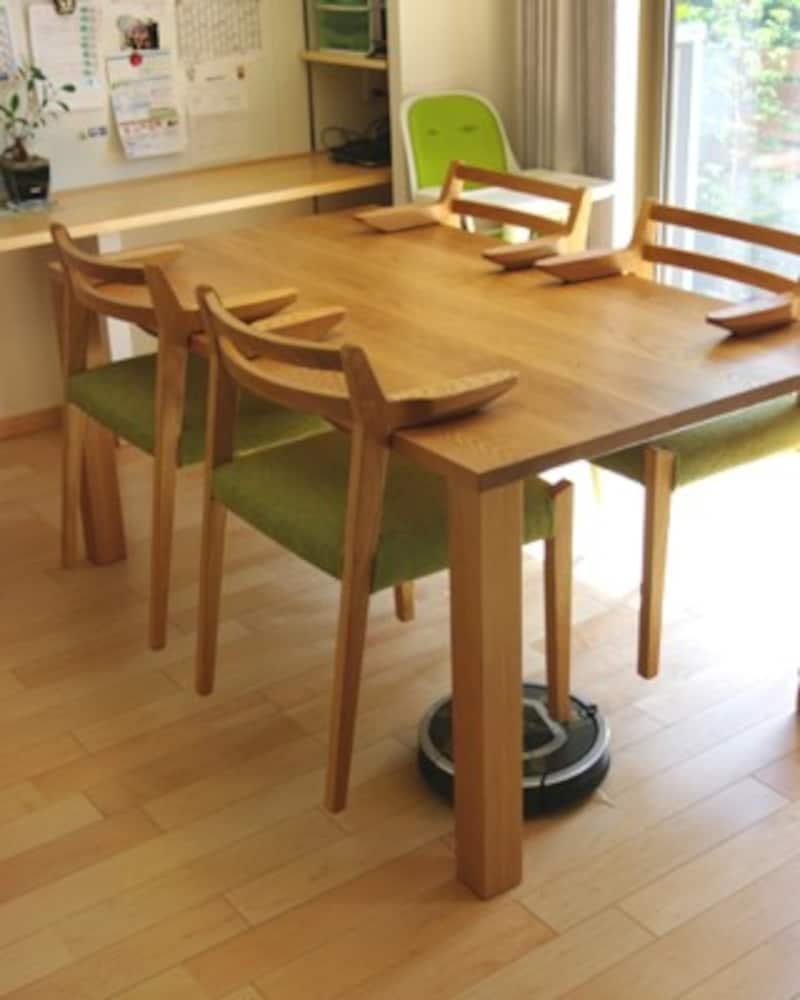 チェアをテーブルに引っ掛けてロボット掃除機が下を通る空間を確保している(画像出典:同上)