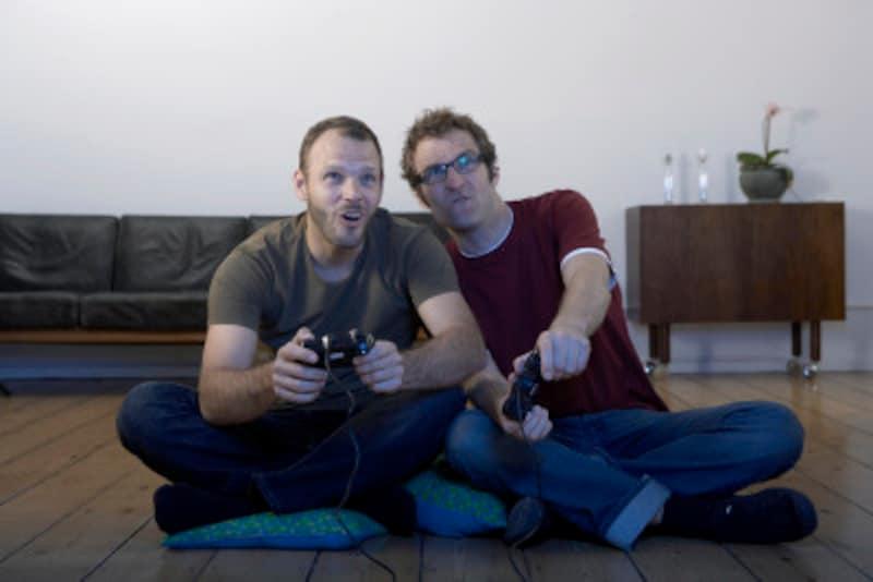 ゲームを楽しむ二人の男性