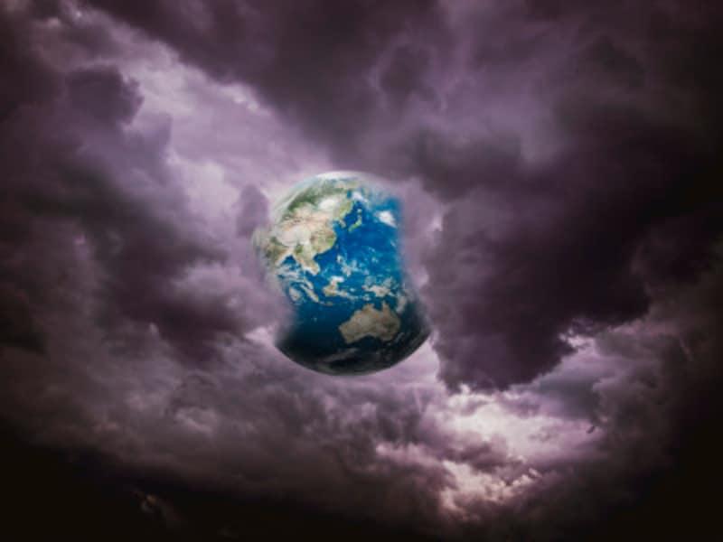 暗雲の中にある地球