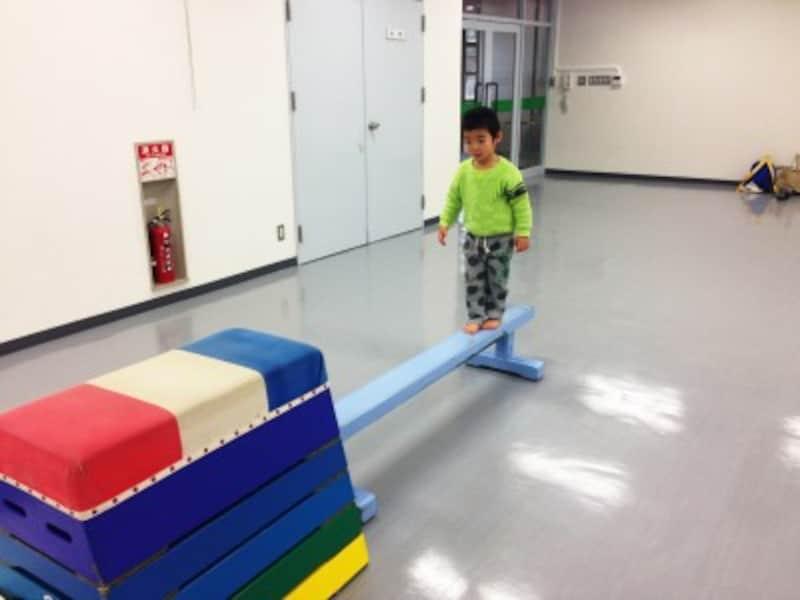 体操教室で、跳び箱や平均台にチャレンジ!
