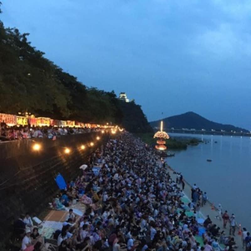 8月の花火シーズンには多くの観光客が木曽川沿いを訪れる