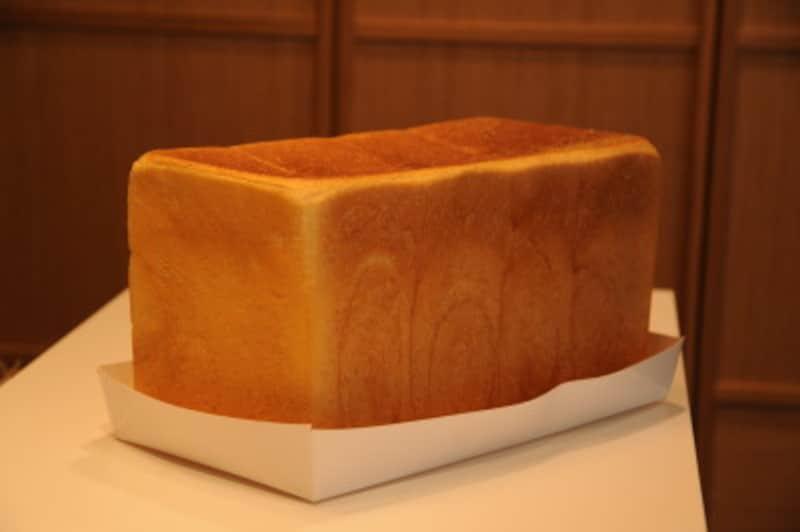 焼きたてのパンのカタチを崩さないように、大切に持ち帰るための紙製トレイ。これごと紙袋に入れてくれる。