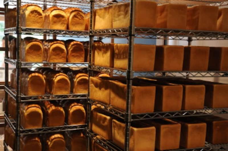 ラックにパンが整然と並んだ風景は朝、みられるかもしれない。