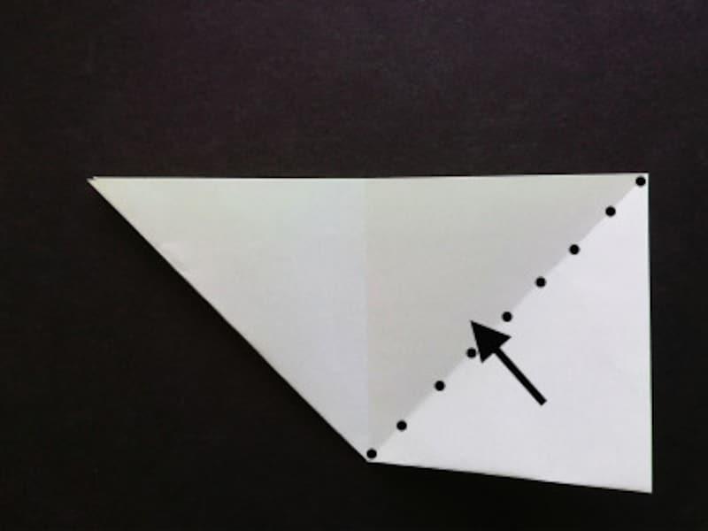 星の折り紙2枚、点線に沿って右側を上に折る