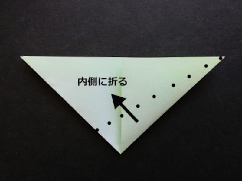 折り紙星2枚、点線に沿って右斜め上に折る