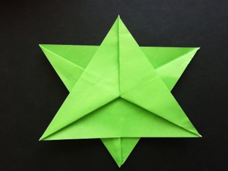 折り紙星2枚、重ねると完成
